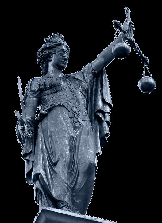 Muestra figura de bronce representando la justicia
