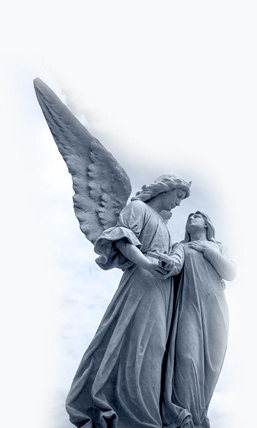 Muestra estatua de ángel junto a la Virgen María