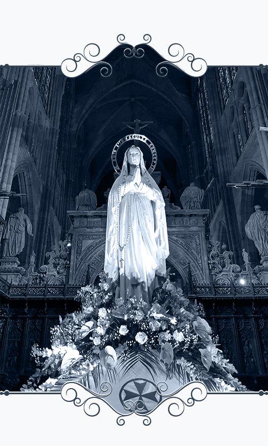 Muestra escultura de Ntra. Sra. de Lourdes sobre sus andas para la Procesión de las Antorchas de León